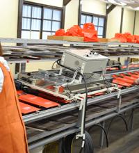 シルク印刷乾燥機 インクの剥がれやムラが起きないよう、印刷直後に即乾燥させます。