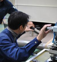 回転印刷用乾燥機 印刷ムラやインクの剥がれを 防ぐためのコンベア式の乾燥炉で速乾させます。